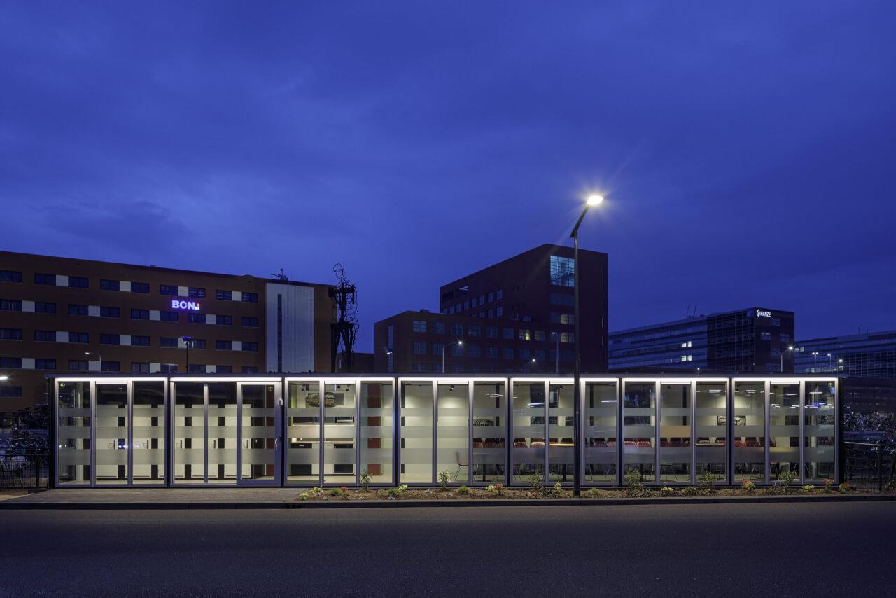 Aluminium kozijnen station Zwolle nacht